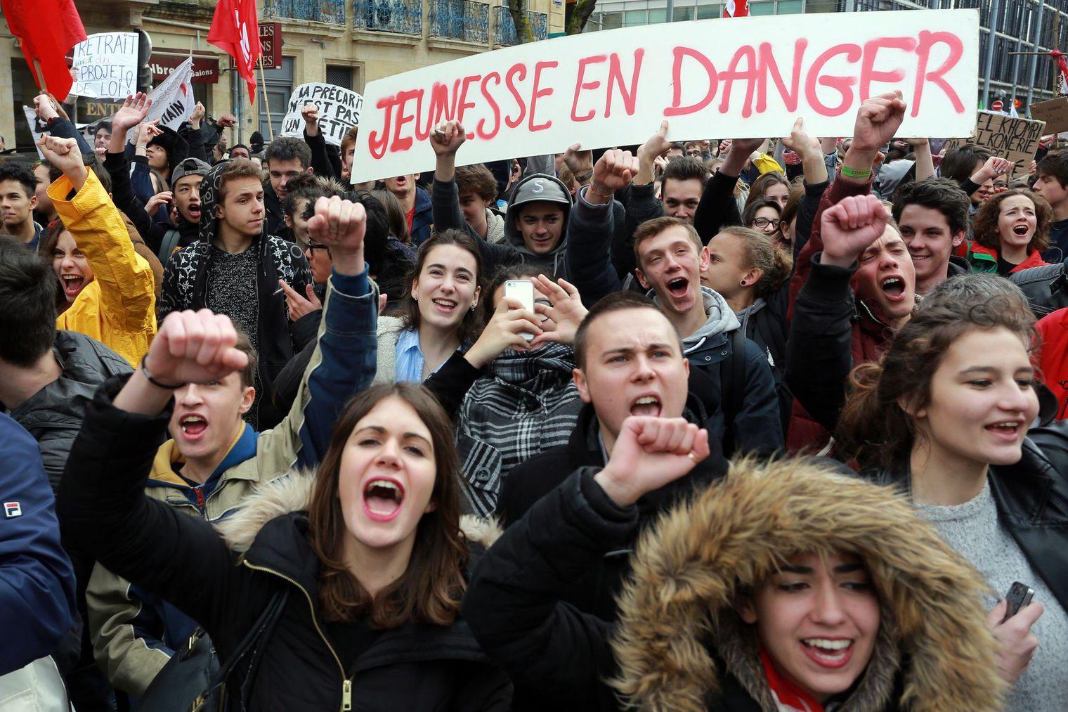 LOI TRAVAIL : LES JEUNES AU AVANT POSTE POUR OBTENIR LE RETRAIT DE CETTE LOI DE RÉGRESSION SOCIALE ET SOCIÉTALE….