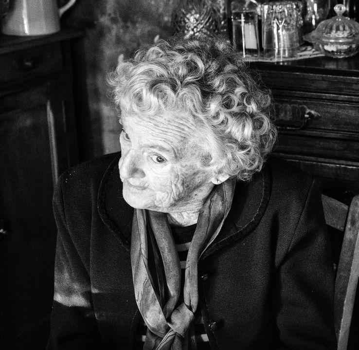 """[#""""La mort sociale"""" frappe 300 000 personnes âgées en France..Un article poignant de vérité qui est une honte pour Etat terre des Libertés, Fraterrnité et de l'Egalité. Bally BAGAYOKO]"""